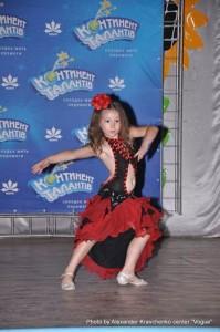 Катя Бодрухина исполняет страстное танго, которое не всякой зрелой артистке по силам.
