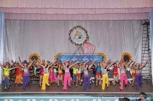 Премьера! Участники хореографической смены творческого лагеря «КОНТИНЕНТа талантов» исполняют фирменный танец проекта.