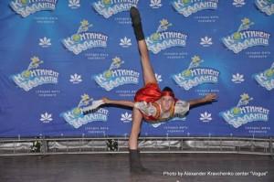 Гимнастка Наталья Ковалева (Макеевка) исполняет номер «Валенки»