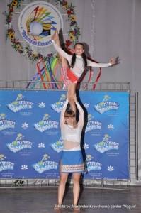 Дуэт студии циркового искусства «Старый цирк» (Харьков) демонстрирует силу и гибкость