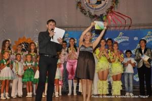 Член жюри и ведущая мастер-классов Светлана Захарова тоже получила грамоту от администрации лагеря.
